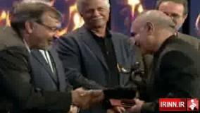 اهدای تندیس بهترین بازیگر مرد به پرویز پرستویی