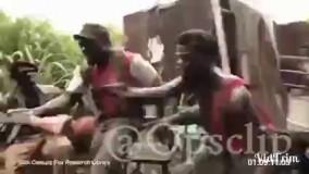 سربازان آفریقایی بی مغزی که تفنگ را به یک میمون میدهند او هم به طرف سربازان شلیک میکند