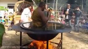 مراسم بسیار عجیب غریب مرتاض بودایی در دیگ آب داغ سوزان!
