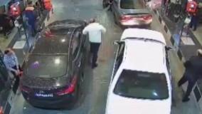 دانلود فیلم جنجالی برخورد بد پلیس با یک راننده در پمپ بنزین