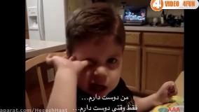 پسر کوچولویی که خودش اعتراف میکند در مقابل دادن بیسکویت مادرش را دوست دارد