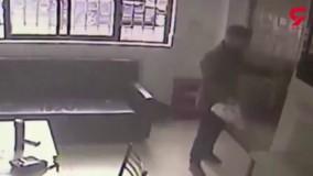 دزدیدن موبایل پلیس از سارقی که در دفتر پلیس نشسته است