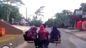 موتور سواری در هند که همزمان دو خانواده را جا به جا میکند