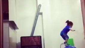 حرکت ژیمناستیک زیبای دختر از روی اوپن آشپزخانه