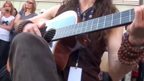 شخصی که در خیابان گیتار را به گریه می آورد :(