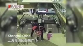 سقوط مرگبار طفل شیرخوار از پلهبرقی