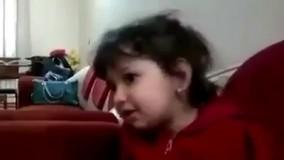 آواز خواندن ناز یک دختر کوچولو برای مهمان ها