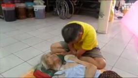 معلولی که به مادر پیرش غذا می دهد - حتما ببینید