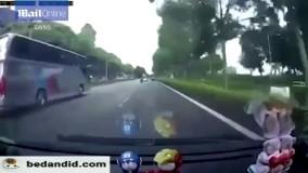 وقتی خدا بخواهد که نمیری! ویدیویی از تصادف هولناک یک موتورسوار.