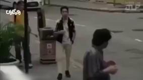 ویدیوی تکاندهنده از واکنش مردم به اسکناسی که از جیب یک عابر میافتد _ روزگاران