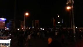 مردم در اعتراض به کودتا در ترکیه در میدان تقسیم گرد هم آمده اند