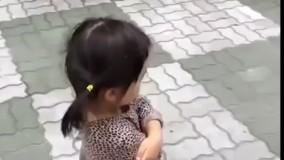 دختر کوچولو با کفش جغجغه ای
