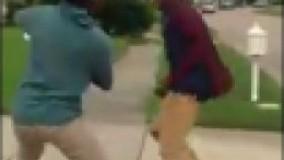 دعوای وحشتناک دو پسر سیاهپوست در خیابان
