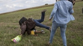 سه سال حبس تعلیقی برای فیلمبرداری که به پناهجوی سوری پشت پا زد