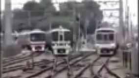عبور حیرت انگیز و میلیمتری سه قطار در تقاطع از کنار هم بدون ذره ای برخورد