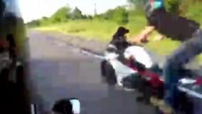 شیرین کاری های خطرناک موتورسوار جوان کار دستش داد !