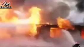 فیلم/ تلاش آتش نشانان برای خاموش کردن آتش کارخانه با وجود پرتاب شدن واکس و اسپری