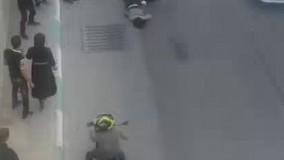 دقایقی قبل سقوط 2 دختر از بالای پل چمران در خیابان کاوه اصفهان، که گفته می شود به قصد خودکشی انجام ش