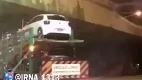 برخورد تریلر حمل ماشین به سقف پل روگذر به دلیل رعایت نکردن ارتفاع- برزیل