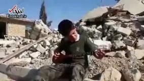 فیلم/ ساز زدن کودک کرد در خرابه های زلزله