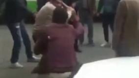 فیلم/ ضرب و شتم دستفروش با چماق توسط مامور شهرداری