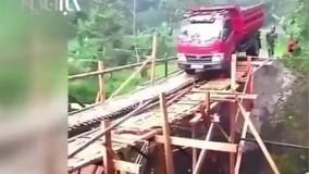 لحظات نفسگیر سقوط کامیون از روی پل چوبی