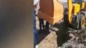 سقوط تابوت روی دو نفر در قبر