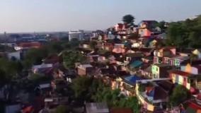 دولت اندونزی  با صرف هزینه کم و رنگ آمیزی زاغه های یک محله دور افتاده سعی کرده اون محله رو به یه جاذبه برای جذب گردشگر تبدیل کنه
