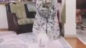سگی که حین نماز با این زن بازی میکند
