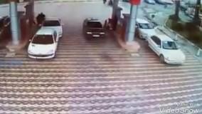 در پمپ بنزین میدان مفتح گرگان فردی درحال بنزین زدن، لباسش بنزینی میشود؛ در حین حرکت ماشین، فندک میزند که ... ????عکس العمل سریع کارکنان پمپ بنزین و یک شیرزن را ببینیدؤ