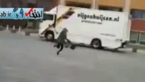 فیلم/ طوفان شدید در هلند شهروندان را هم با خود برد!