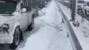 فیلم/ مسدود شدن اتوبان قم - تهران در اثر بارش برف