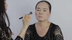 کلیپ  آموزش آرایش صورت و شینیون مو مناسب خانم های میانسال