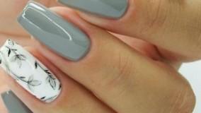 کلیپ طراحی زیبا روی ناخن با لاک سفید و طوسی