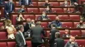 بیرون انداختن نماینده مجلس به دلیل ماسک نزدن