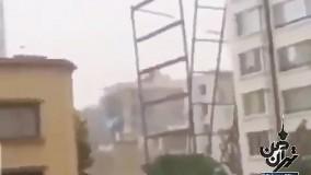ریزش وحشتناک اسکلت ساختمان در اثر باد شدید