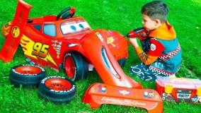 بازی های آرتم و مامانی ؛ ماشین بازی آرتم با عروسک های بزرگ