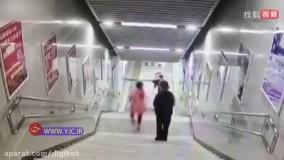 پرت شدن یک زن از پلهها حین کار کردن با موبایل