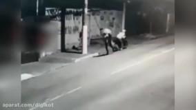 فرار دو سارق موتورسوار از یک زن مسلح تنها در خیابان