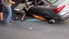 گیر افتادن راننده در ماشین درحال سوختن !!!