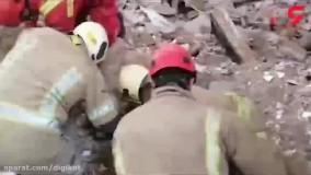 آوار مرگبار یک ساختمان در حکیمیه تهران ؛ آتش نشانان با دستان خالی جستجو می کنند