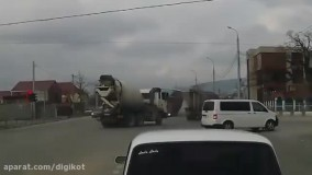 تصادف وحشتناک کامیون با یک دستگاه تریلی در چهارراه