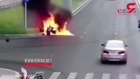 نجات ناباورانه یک پیک موتوری از زنده زنده سوختن در خیابان