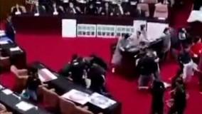 کتک کاری نمایندگان در پارلمان تایوان !