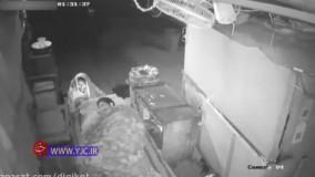 نجات جان نگهبان شیفت شب توسط یک کارتن خواب از آتش سوز عمدی