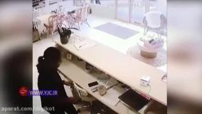 سرقت حرفهای موبایل از جلوی چشم صاحبش