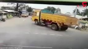 نجات معجزه آسای عابر پس از تصادف با کامیون
