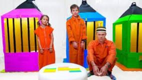 کتی و مکس در زندان کودکان با پدر بازی می کنند