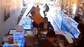 انفجار موبایل در صورت یک مرد هنگام تعویض باتری