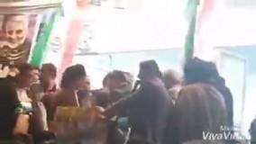 سقوط یک کاندیدا از روی سِن حین سخنرانی